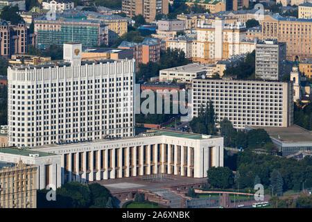 Vista aérea de la Casa Blanca rusa (Casa del Gobierno de la Federación de Rusia) y Krasnopresnenskaya Embankment, en el centro de Moscú, Rusia Foto de stock