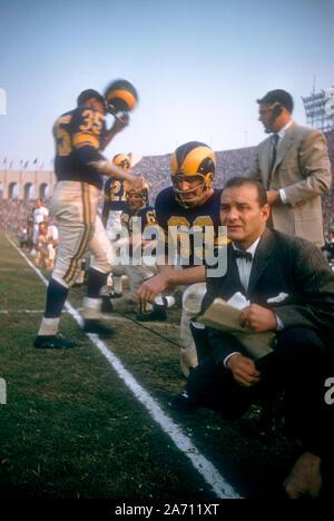LOS ANGELES, CA - 10 de noviembre: John Hock #63 y head coach Sid Gillman del Los Angeles Rams arrodillarse sobre dejar de lado durante un juego de NFL en contra de los 49ers de San Francisco, el 10 de noviembre de 1957 en el Coliseo de Los Ángeles en Los Ángeles, California. (Foto por Hy Peskin)