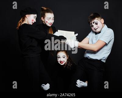 Los niños foto de grupo, pantomima MIME diferentes emociones en el rostro de los niños. Bebé payaso francés con maquillaje blanco en la cara. Rusia, Sverdlovsk, 26 Janu