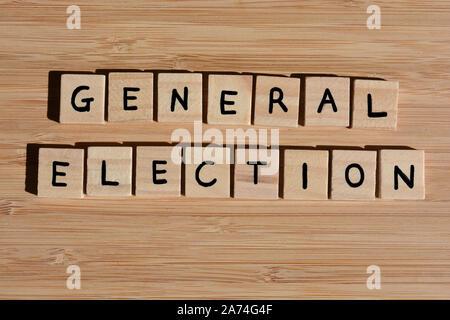 Elecciones Generales en 3d las letras del abecedario de madera sobre un fondo de bambú de madera