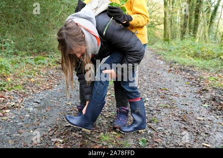 Los niños de la familia caminar en el campo a mitad de periodo de vacaciones en otoño en Carmarthenshire Gales UK KATHY DEWITT