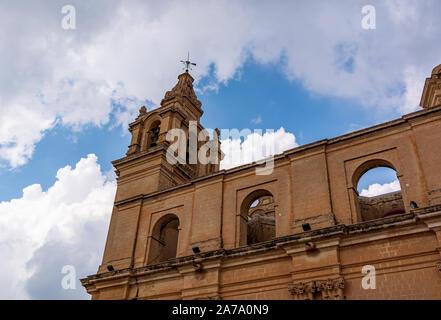 La Catedral de St Paul Bell Tower shot de bajo ángulo contra el azul cielo nublado, en Mdina, Malta.