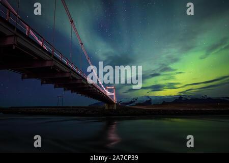Una noche maravillosa en la laguna glaciar Jökulsarlon en Islandia, disfrutando de la increíble Aurora. He usado el puente para tener una bonita línea líder en el marco...