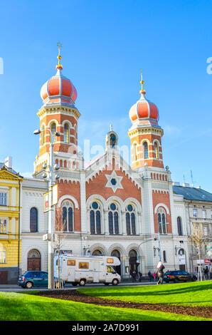 Plzen, República Checa - Oct 28, 2019: La Gran Sinagoga en Pilsen, la segunda sinagoga más grande de Europa. La fachada frontal del edificio religioso judío con cúpulas en forma de cebolla. Foto vertical.