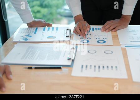 Asesor Financiero analiza el desempeño ingresos con inversor. business gente discutiendo en la reunión. empresario trabajando con co-trabajador de equipo.