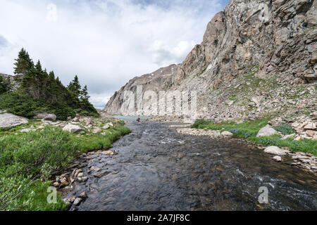 Cruce de río en la Alta Ruta de Wind River, en Wyoming, EE.UU.