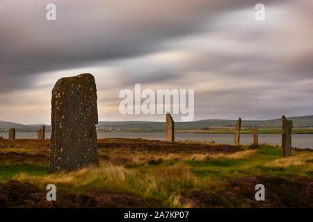 Anillo de Brodgar, círculo de piedra neolítica, Continental, las Islas Orcadas, Escocia al atardecer