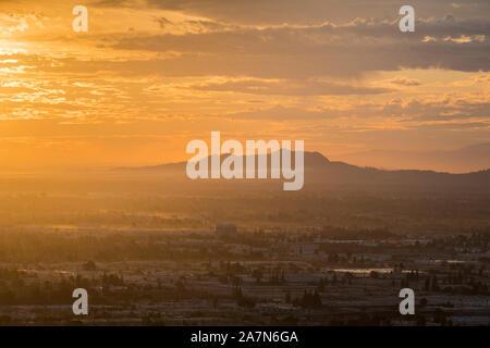 Los Ángeles vista del amanecer en el Valle de San Fernando hacia Griffith Park en el sur de California.