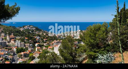 Vista panorámica sobre los tejados de verano de Marsella y el Mar Mediterráneo. Bompard, Bouches-du-Rhône (13), Provence-Alpes-Côte d'Azur, Francia, Europa