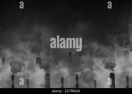 La contaminación del aire el humo de las chimeneas de fábrica scary cielo oscuro con espacio para texto
