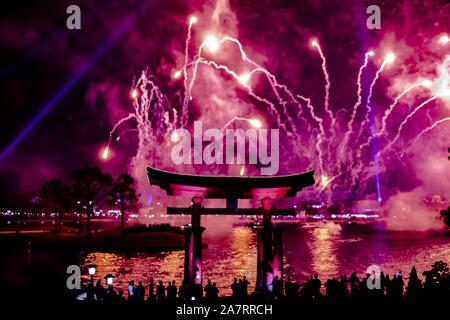 Orlando, Florida. Noviembre 01, 2019. Arco japonés y espectaculares fuegos artificiales en el fondo nocturno en Epcot (87).