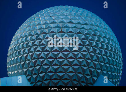Orlando, Florida. Noviembre 01, 2019. Vista superior de la esfera en color azul noche en Epcot de fondo (77).
