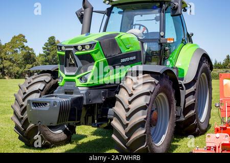 Amberley, Canterbury, Nueva Zelandia, el 2 de noviembre de 2019: Nuevo tractor Deutz-Fahr verde en la pantalla de A&P Showgrounds