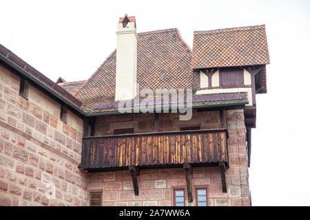 Balcón de madera medievales de la antigua iglesia Foto de stock