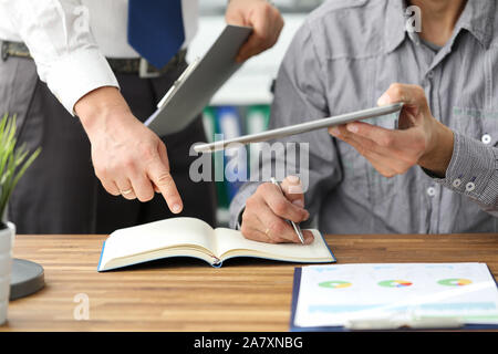 Dos hombres de negocios personas solucionar problema de documento