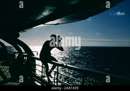 BAJA CALIFORNIA, MÉXICO - JUNIO DE 1962: el actor y ex jugador de béisbol Chuck Connors (1921-1992) las películas el atardecer mientras en un barco durante un viaje de pesca alrededor de junio de 1962, en Baja California, México. (Foto por Hy Peskin) *** Local Caption *** Chuck Connors