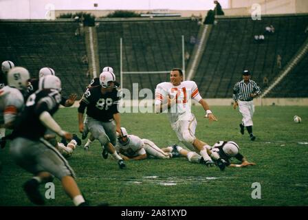 DALLAS, TX - 21 DE SEPTIEMBRE: Un jugador no identificado del Maryland tortugas corre con el balón sin su casco después de interceptar un pase durante el partido contra el #2 clasificado de la Texas A&M Aggies el 21 de septiembre de 1957 en el Cotton Bowl en Dallas, Texas. Los Aggies defetead los galápagos 21-13. (Foto por Hy Peskin)