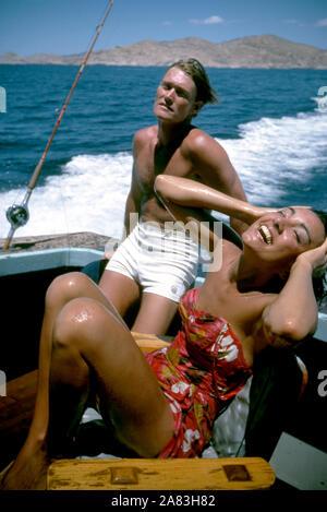 BAJA CALIFORNIA, MÉXICO - JUNIO DE 1962: el actor y ex jugador de béisbol Chuck Connors (1921-1992) y la actriz prometido Kamala Devi (1934-2010) Relájese en un barco durante un viaje de pesca alrededor de junio de 1962, en Baja California, México. (Foto por Hy Peskin) (número de registro: X8569) *** Local Caption *** Kamala Devi;Chuck Connors