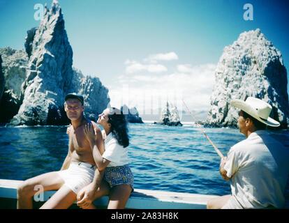 BAJA CALIFORNIA, MÉXICO - JUNIO DE 1962: el actor y ex jugador de béisbol Chuck Connors (1921-1992) y la actriz prometido Kamala Devi (1934-2010) plantean mientras estaba en un viaje de pesca alrededor de junio de 1962, en Baja California, México. (Foto por Hy Peskin) *** Local Caption *** Chuck Connors;Kamala Devi