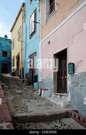 Típica calle estrecha en el casco antiguo de Bosa, en Cerdeña