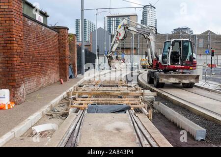 Último vertido de hormigón en la pista de la línea Trafford Park Metrolink, Foto de stock