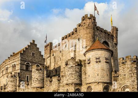 Murallas y torres de Gravensteen castillo medieval con foso en primer plano, Gante, Bélgica Flandes Oriental