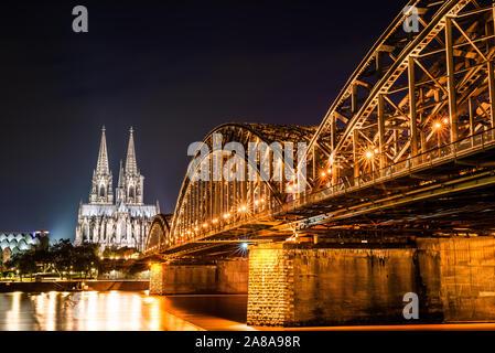 Colonia de noche con la catedral de Colonia, el puente Hohenzollern y el río Rin.