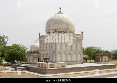 Qutab Shahi tumbas : están ubicadas en el Ibrahim Bagh, cerca a la famosa Fortaleza Golconda en Hyderabad, India.