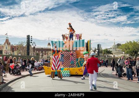 El personaje principal de Disney Goofy Surprise Celebration desfile en Main Street en Magic Kingdom en Walt Disney World en Orlando, Florida, Estados Unidos