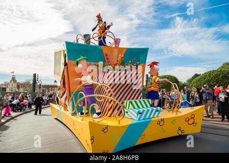 Orlando, Florida, EE.UU-Diciembre 11,2014:Disney personaje principal Goofy sorpresa celebración desfile en la calle principal de Magic Kingdom en Walt Disney World.