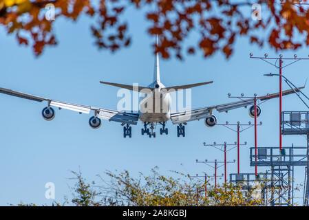 Avión de pasajeros en la aproximación para el aterrizaje en el Aeropuerto Internacional Hartsfield-Jackson de Atlanta en un hermoso día de otoño en Atlanta, Georgia. (Ee.Uu.)