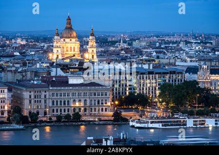 Penumbra a través de la Basílica de San Esteban y la línea del horizonte de Budapest por el río Danubio en Hungría capital