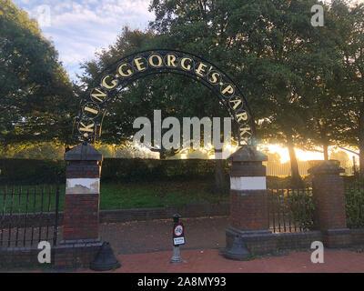 Londres, Reino Unido - 19 de octubre de 2018: Vista de la señal de entrada del Rey George Park al amanecer. Foto de stock