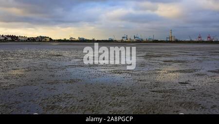 La marea baja en la ZPE de Sandymount Strand playa, las nubes reflejan en piscinas de agua al atardecer. Dublín, Irlanda. Parte Poolbeg estación en distancia Foto de stock