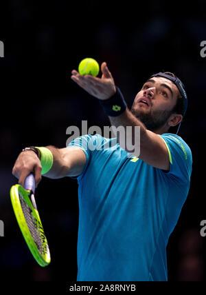 Londres, Reino Unido. 10 Nov, 2019. Matteo Berrettini de Italia sirve durante el partido contra el grupo de solteros de Novak Djokovic de Serbia en el ATP World Tour Finals 2019 en Londres, Gran Bretaña el 10 de noviembre, 2019. Crédito: Yan Han/Xinhua/Alamy Live News