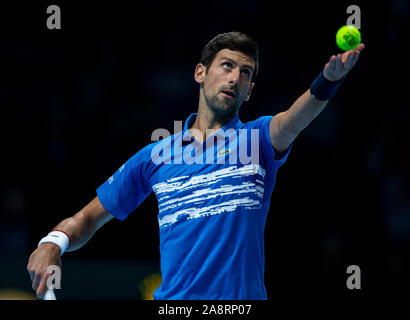 Londres, Reino Unido. 10 Nov, 2019. Novak Djokovic de Serbia sirve durante el partido contra el grupo de solteros Matteo Berrettini de Italia en el ATP World Tour Finals 2019 en Londres, Gran Bretaña el 10 de noviembre, 2019. Crédito: Yan Han/Xinhua/Alamy Live News