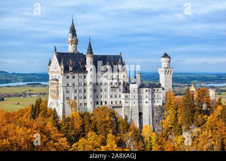 El castillo de Neuschwanstein en otoño, Alpsee, Schwangau, Ostallgäu, Allgäu, suabia, Alta Baviera, Baviera, Alemania, Deutschland