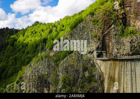 Presa Vidraru es una represa en Rumania. Fue terminada en 1966 sobre el río Arge y crea el Lago Vidraru. La presa de arco fue construido con el propósito principal