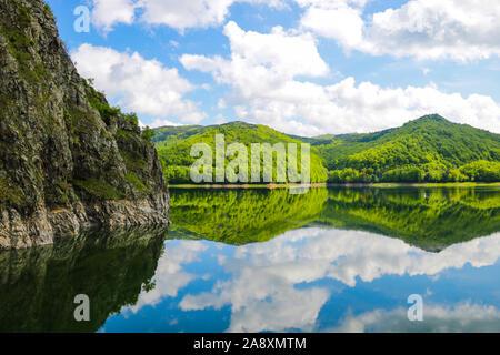 Vista de la presa de Vidraru es una represa en Rumania. Fue terminada en 1966 sobre el río Arge y crea el Lago Vidraru. El arco presa se construyó con el principal