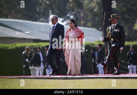 Katmandú, Nepal. 12 Nov, 2019. El Presidente de Bangladesh Abdul Hamid (L) camina con el Presidente de Nepal Bidhya Bhandari Devi a su llegada al Aeropuerto Internacional de Tribhuvan en Katmandú el martes, 12 de noviembre de 2019. Crédito: Dipen Shrestha/Zuma alambre/Alamy Live News