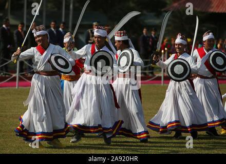 Katmandú, Nepal. 12 Nov, 2019. Nepali bailarines con traje tradicional realizar mientras bienvenida al Presidente de Bangladesh M Abdul Hamid al Aeropuerto Internacional de Tribhuvan en Katmandú, capital de Nepal, el 12 de noviembre, 2019. El Presidente de Bangladesh M Abdul Hamid llegó en Katmandú el martes por un oficial de 4 días visita de buena voluntad. Crédito: Str/Xinhua/Alamy Live News