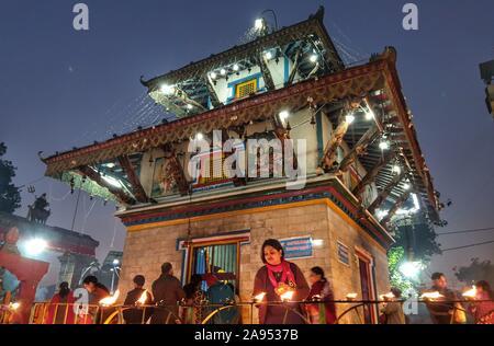 Katmandú, Nepal. 12 Nov, 2019. Las personas que ofrezcan oraciones por la iluminación lámparas de aceite en el día de luna llena en el templo de Shiva en Katmandú, Nepal, 12 de noviembre, 2019. Crédito: Sunil Sharma/Xinhua/Alamy Live News