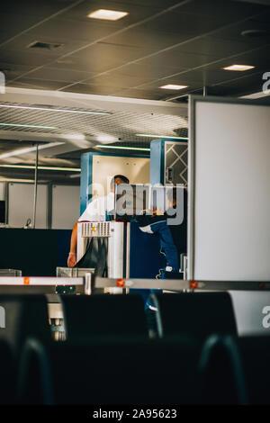 Los elementos personales del pasajero ser procesada por una máquina de rayos x en un aeropuerto internacional