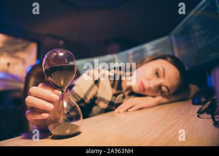 Cerrar Foto recortada de cansado sleepy soñoliento chica sobrecargados abrumado dispuestos a ir a casa cansado de esperar hasta el final del turno de noche