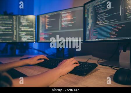 Cerrar Foto recortada del programador utilizando C extra para escribir código para el nuevo software para ser utilizado en sistemas corporativos