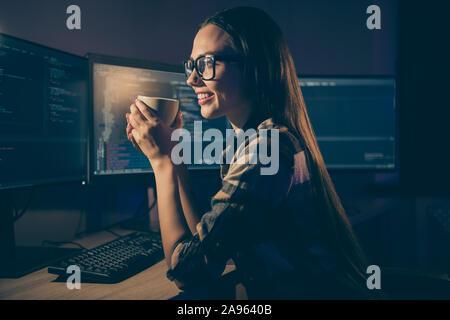 Foto de chica sonriente relajante descanso profesional toothily contento de haber hecho todo el trabajo necesario beber té en espectáculos