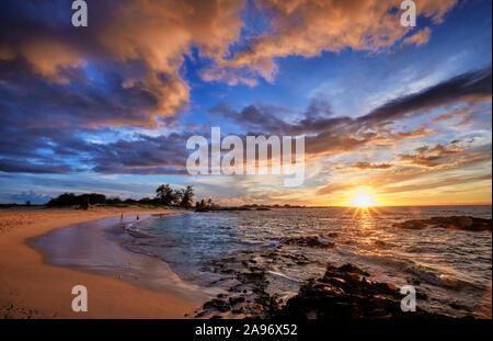 La vista justo antes de la puesta de sol sobre la playa Makalawena en la Isla Grande.