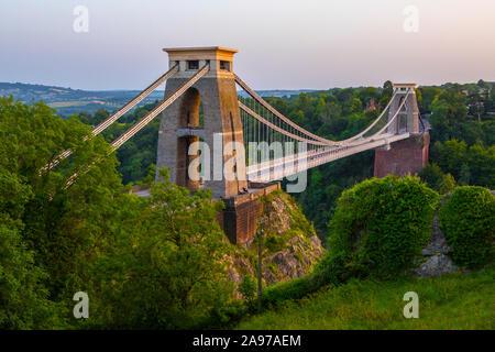 Bristol, Reino Unido - 28 de junio 2019: vista del magnífico Puente de la suspensión de Clifton, en Bristol, Inglaterra.