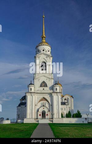 Dormición torre campanario de catedral, con el cielo azul y las nubes blancas, Vladimir, Rusia