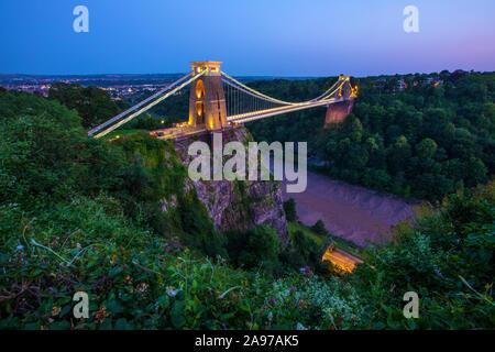 Una vista de noche del icónico puente de la suspensión de Clifton, en Bristol, Inglaterra.